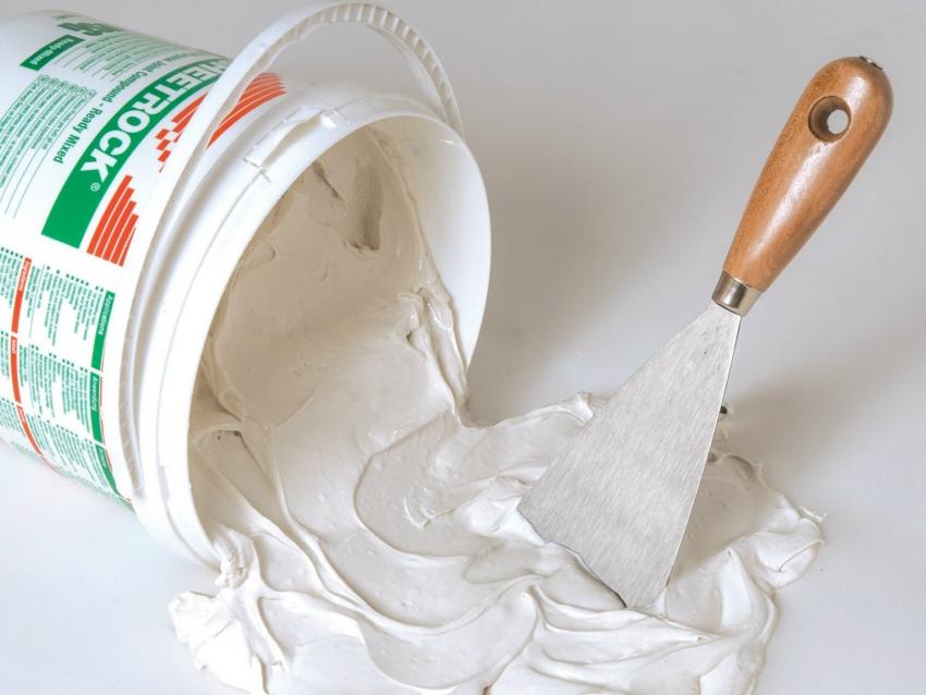 Штукатурные смеси можно приобрести как в готовом виде, так и в виде порошка, который необходимо разводить самостоятельно