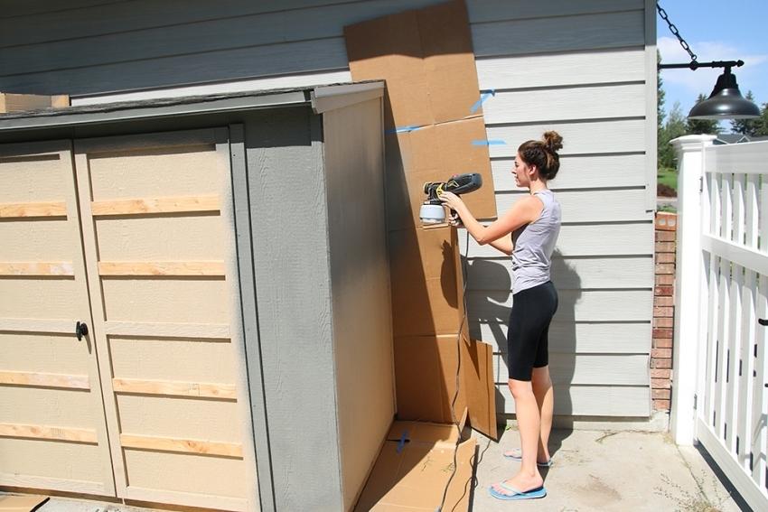 Перед использованием силиконовой, силикатной или акриловой краски по бетону, поверхность следует тщательно очистить и просушить