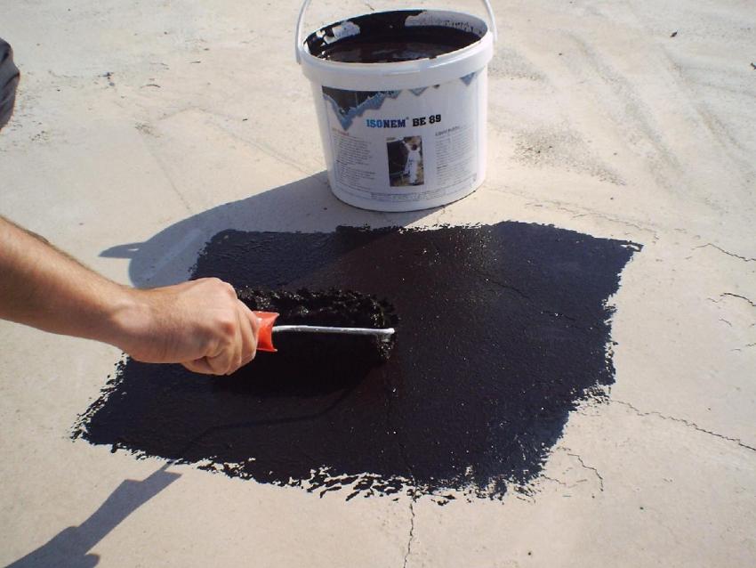 Резиновая краска считается одним из самых лучших вариантов отделки бетонных крыш, поскольку имеет большой эксплуатационный срок и надежно защищает поверхность от механических и погодных влияний