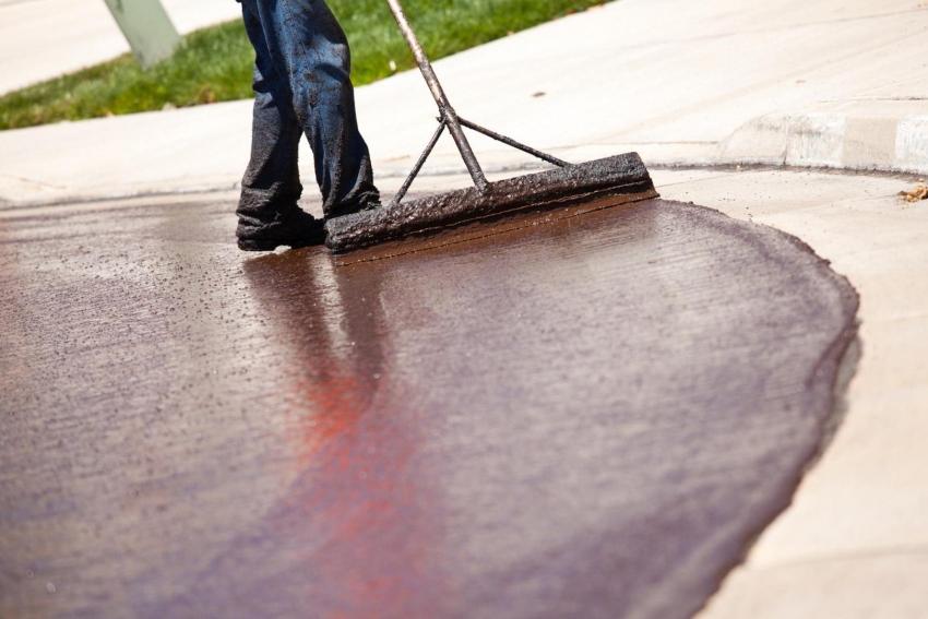 Для окрашивания больших поверхностей, таких как дорожки или пол в гараже, удобнее всего использовать специальный широкий валик