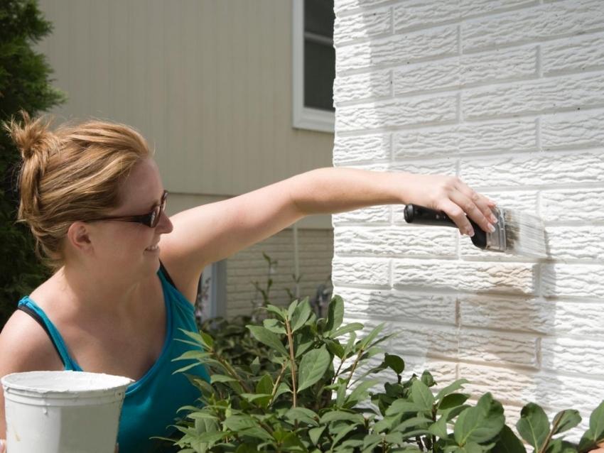 Для покрытия стен из декоративного кирпича можно использовать силиконовую краску, которая предупреждает развитие грибков и плесени