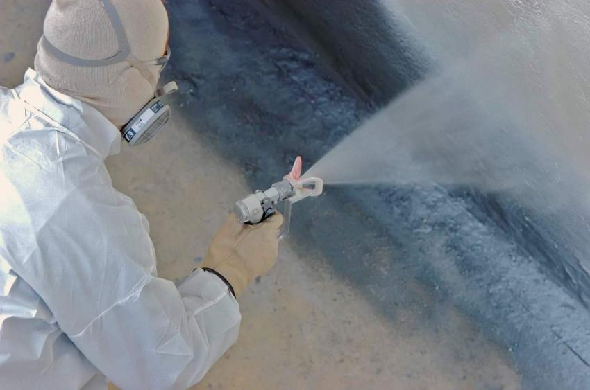 Для нанесения на большие площади краски для наружных работ по штукатурке, лучше использовать пульверизатор или краскопульт