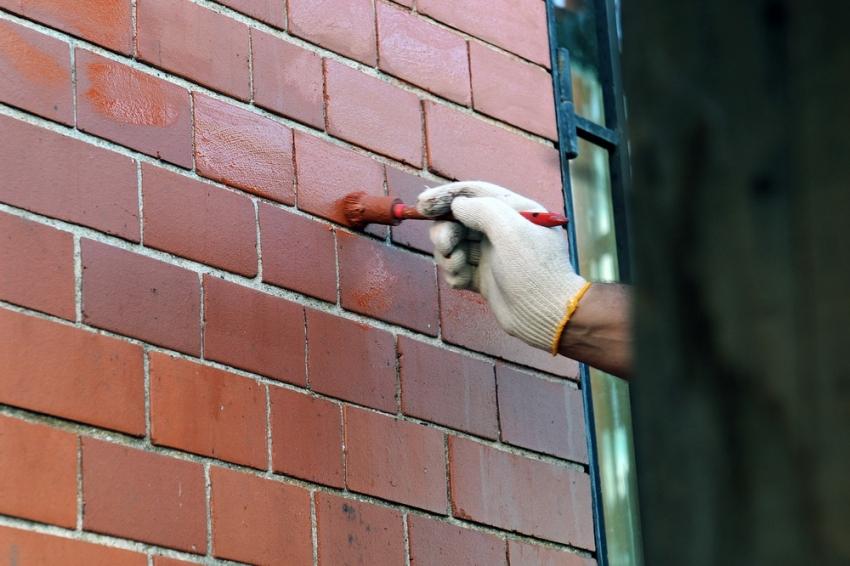Для того чтобы обновить старый кирпич, следует использовать специальный состав для бетона для наружных работ