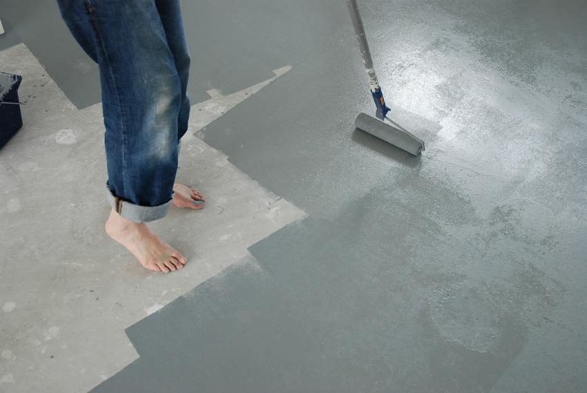Краску для наружных работ можно наносить как на голый бетон, так и покрытый защищающими смесями или «жидким стеклом»