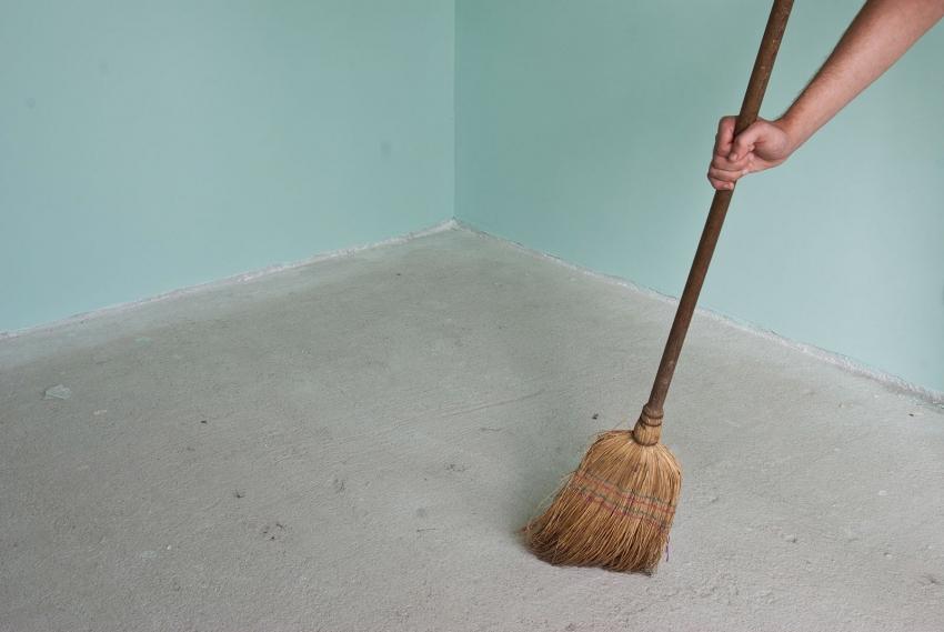 Перед нанесением краски по бетону на пол, поверхность необходимо тщательно очистить от мусора и пыли