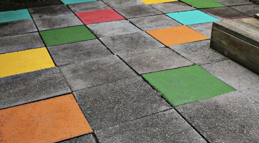 Перед покупкой краски для бетонных напольных плит, следует обратить внимание на показатель истираемости окрашенной поверхности