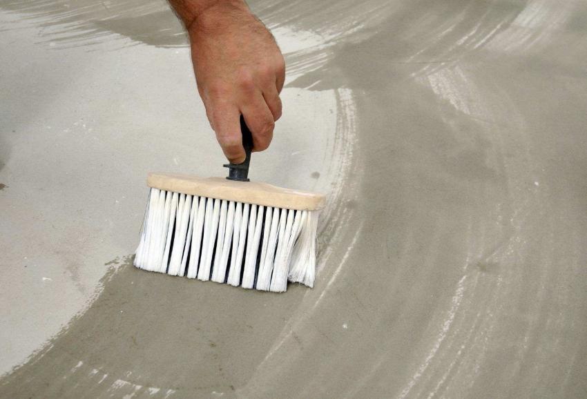 Перед покраской бетонного пола, поверхность следует обработать специальными средствами, которые обеззараживают материал, проникая глубоко внутрь