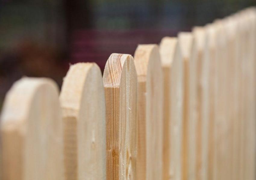 Незащищенная древесина не способна противостоять негативным атмосферным явлениям и паразитам, поэтому срок эксплуатации будет невелик