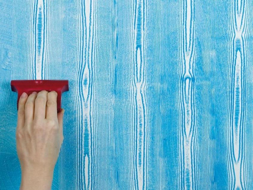 Используя специальный молд для придания текстуры краске можно получить красивое покрытие с узором натуральной доски