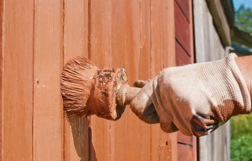 Резиновая краска для дерева имеет высокий порог стойкости к механическим повреждениям, поэтому ее рекомендуется использовать для сельхоз построек