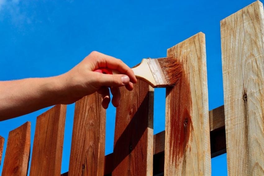 Перед тем как решить какой краской покрасить забор, следует ознакомится со всеми свойствами состава