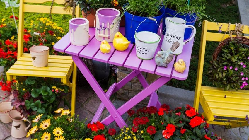 Для покрытия садовой мебели можно использовать яркие, насыщенные тона красок для дерева, что позволит не только украсить участок, но и защитить предметы от внешних факторов воздействия