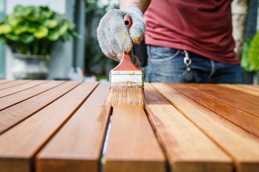 Разные красители имеют свой уровень впитываемости, но зачастую это зависит от вида окрашиваемой древесины