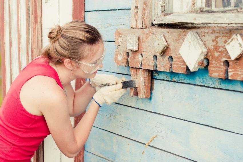 Алкидную краску трудно очистить с поверхности, поэтому для покраски деревянного дома лучше выбрать акриловые составы для наружных работ