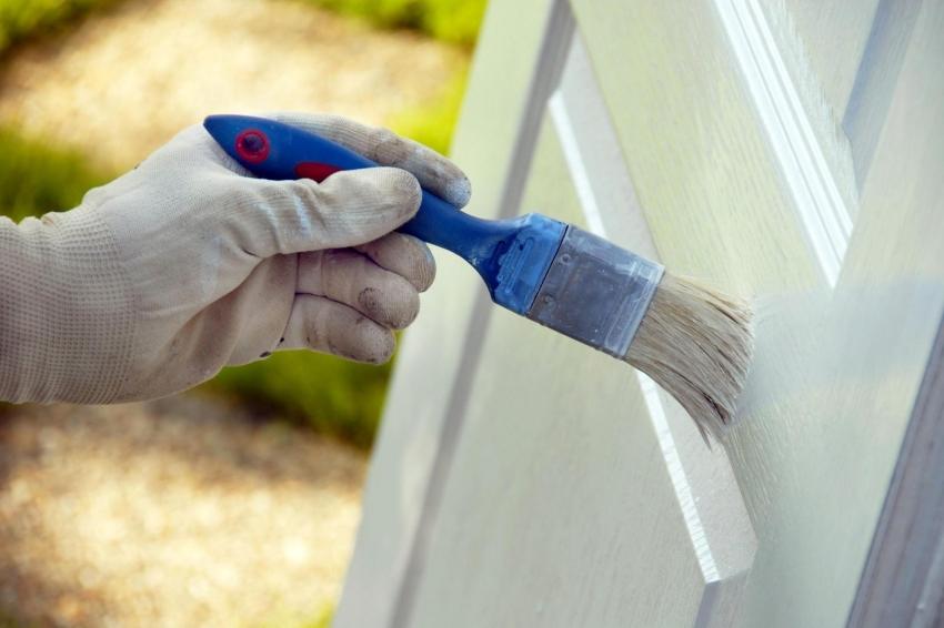 Краситель Zobel Deco-tec 5450 устойчив к механическим повреждениям, поэтому его можно использовать для покрытия дверей, калиток и косяков