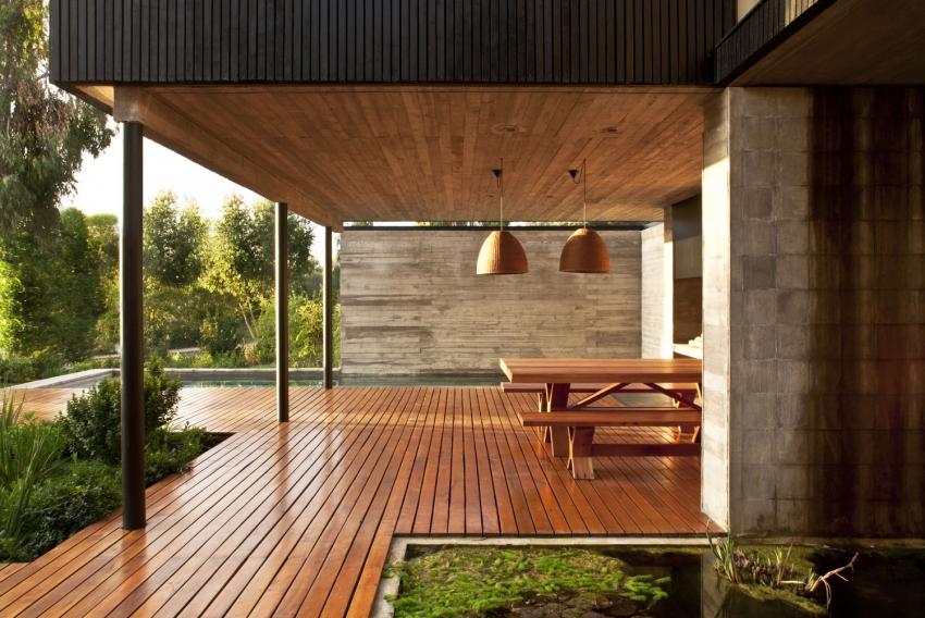 Краситель Zobel Deco-tec 5400 имеет в составе грунтующие элементы, поэтому данный состав идеально подходит для покрытия деревянных террас