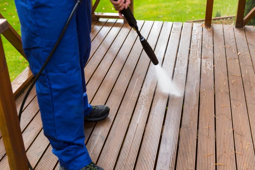 Серия красителей Toplasur UV Plus от компании Белинка имеет высокий уровень защиты древесины от влаги, поэтому такое покрытие не боится дождей и уборки