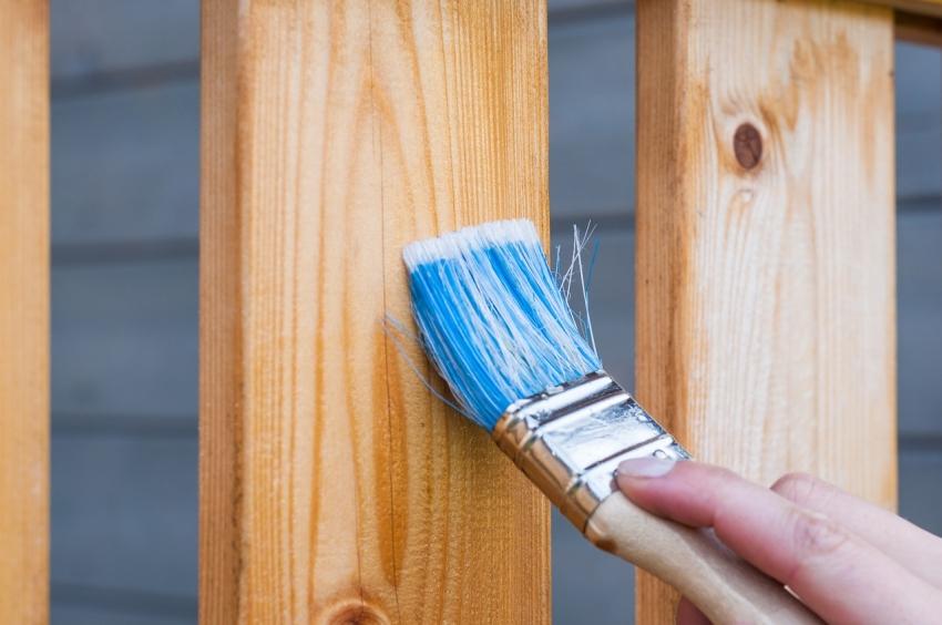 Некоторые виды составов защищают конструкцию, проникая внутрь материала и практически бесцветны, что позволяет не скрывать под краской структуру и цвет натурального дерева