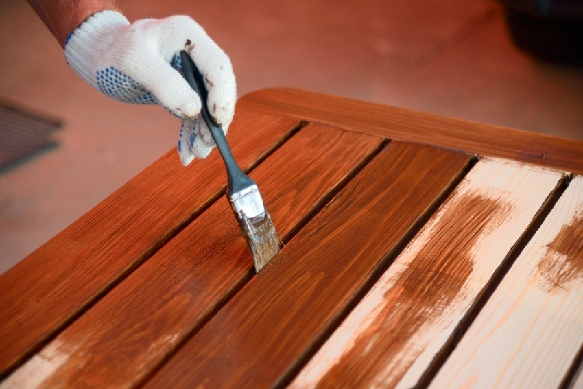 Для того чтобы получить долговечное и надежное покрытие деревянной поверхности, стоит использовать красители от известных брендов