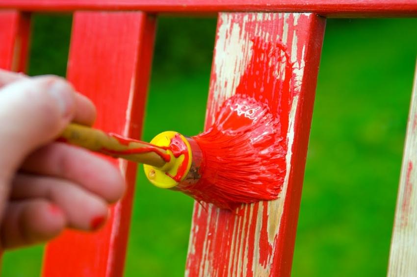 Перхлорвиниловая краска используется для отделки наружных конструкций и строений, образуя на поверхности плотный защитно-декоративный слой