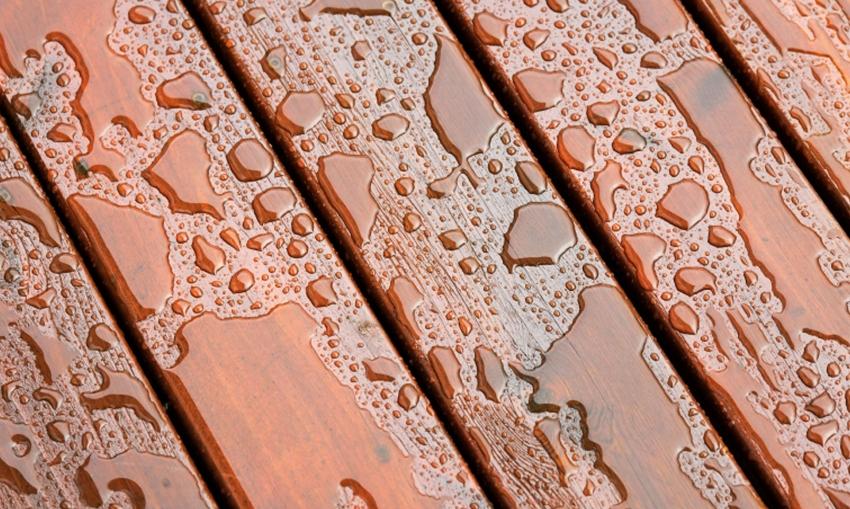 Одной из преимуществ масляных красителей для фасада является высокая степень гидрофобности, что позволяет надолго защитить деревянную отделку