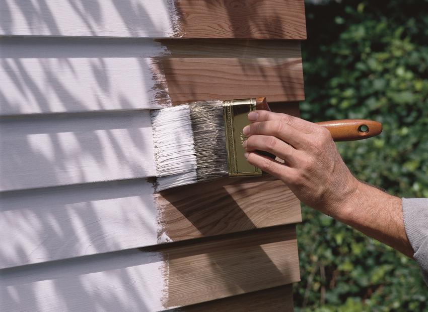 Акриловая краска для наружных работ создает надежное плотное покрытие, защищающее древесину от негативных внешних факторов