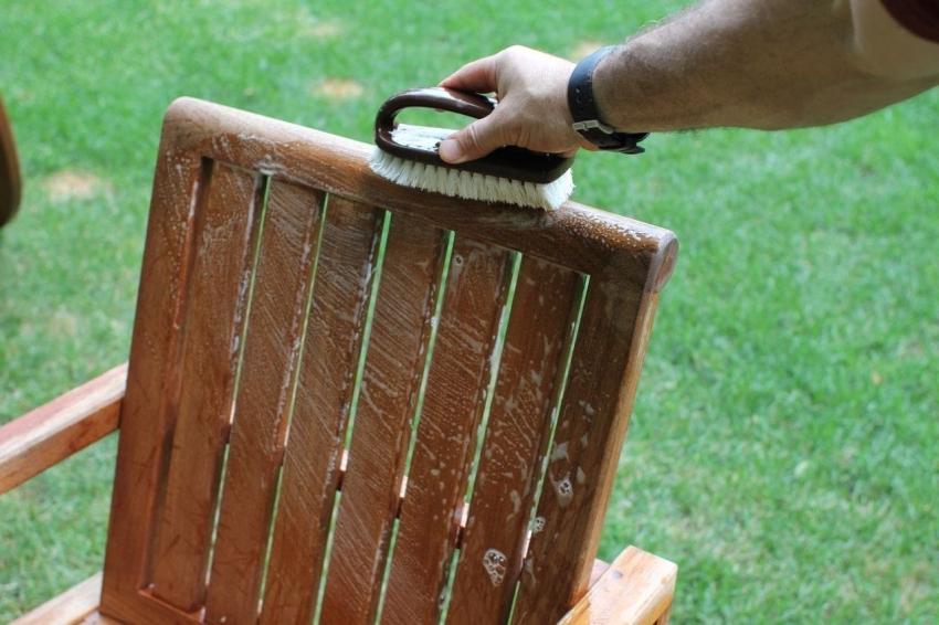 Предметы, окрашенные водоэмульсионной краской для дерева для наружных работ, можно очищать с помощью моющих средств