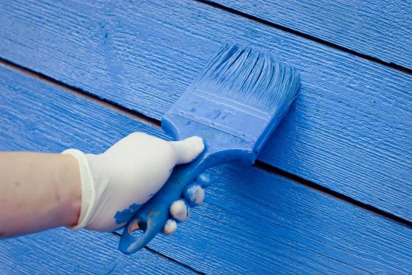 Латексные краски по дереву имеют высокую степень прочности, что позволяет защитить покрытие даже при однослойном прокрашивании