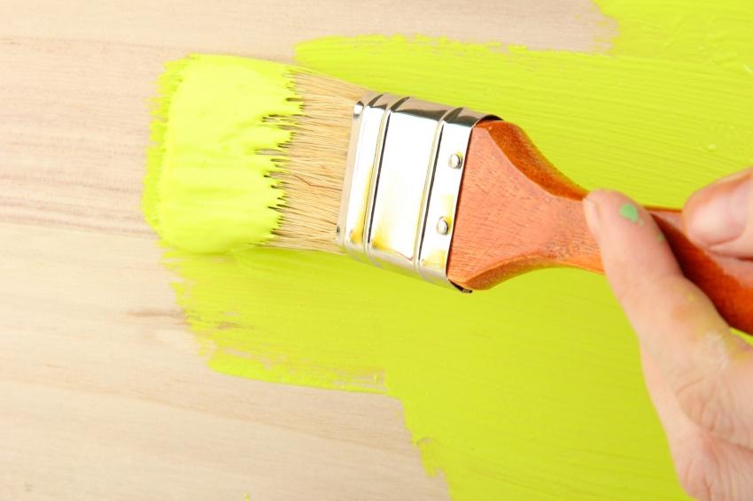 При необходимости окрашивания деревянной поверхности в яркие оттенки, стоит обращать внимание на долговечность эксплуатационных характеристик красителя