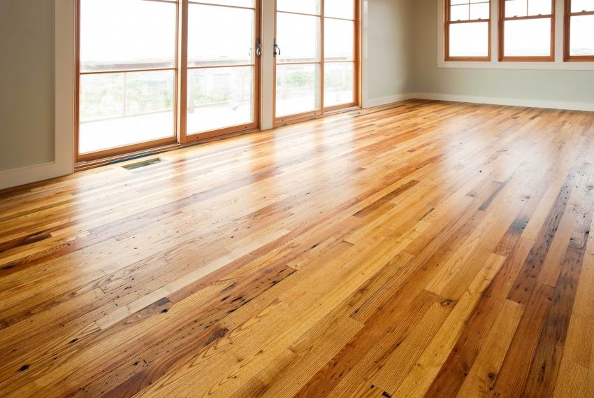 Благодаря тому, что краска для пола из дерева влагостойкая, поверхность можно часто подвергать влажной уборке с моющим средством