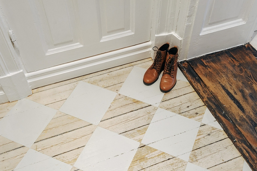 Для прихожей и коридора стоит использовать красители, которые имеют высокий уровень стойкости к механическим нагрузкам
