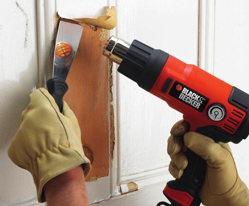 Для снятия нескольких слоев старой краски с деревянной поверхности можно использовать строительный фен и шпатель, но стоит обратить внимание на тип древесины чтобы ее не деформировать
