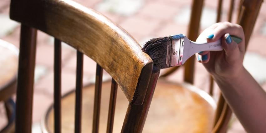 Водоэмульсионные красители на латексной основе являются одними из самих популярных составов для окрашивания мебели из натурального дерева
