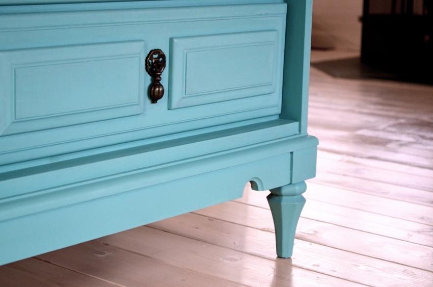 При необходимости акриловые краски для мебели из дерева можно колеровать в разные оттенки