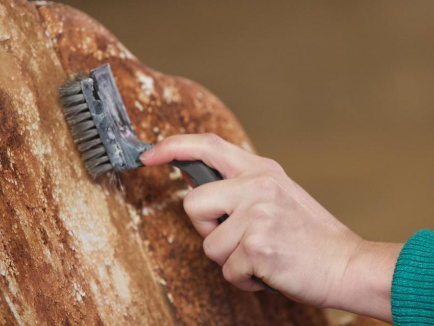 Вне зависимости от типа выбранной краски, поверхность стоит предварительно очистить от верхнего слоя ржавчины и грязи