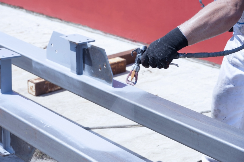 Окрашивание порошковой краской по металлу удобно производить, используя краскопульт или пульверизатор