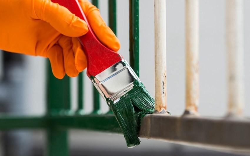 Перед покраской металлической конструкции, следует снять пленку с поверхности эмали а затем тщательно ее перемешать