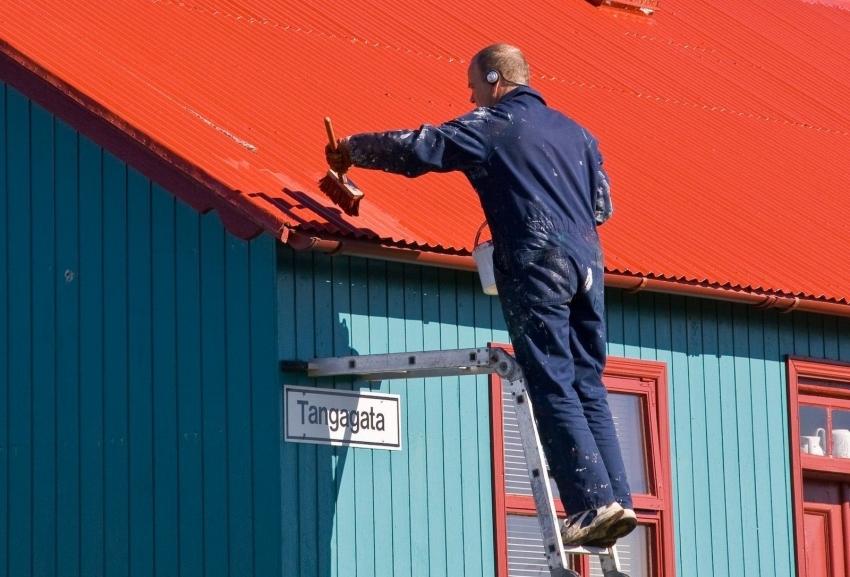 Резиновая краска по металлу - это прочное и надежное покрытие, подходящее для отделки оцинкованной кровли здания