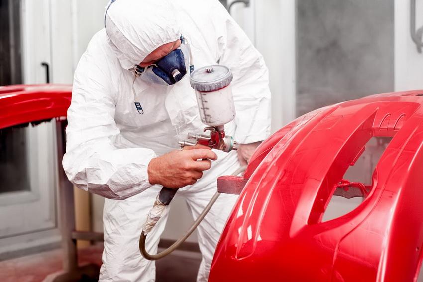 Для безопасной работы при нанесении краски лучше всего использовать специальное оборудование и защитный костюм