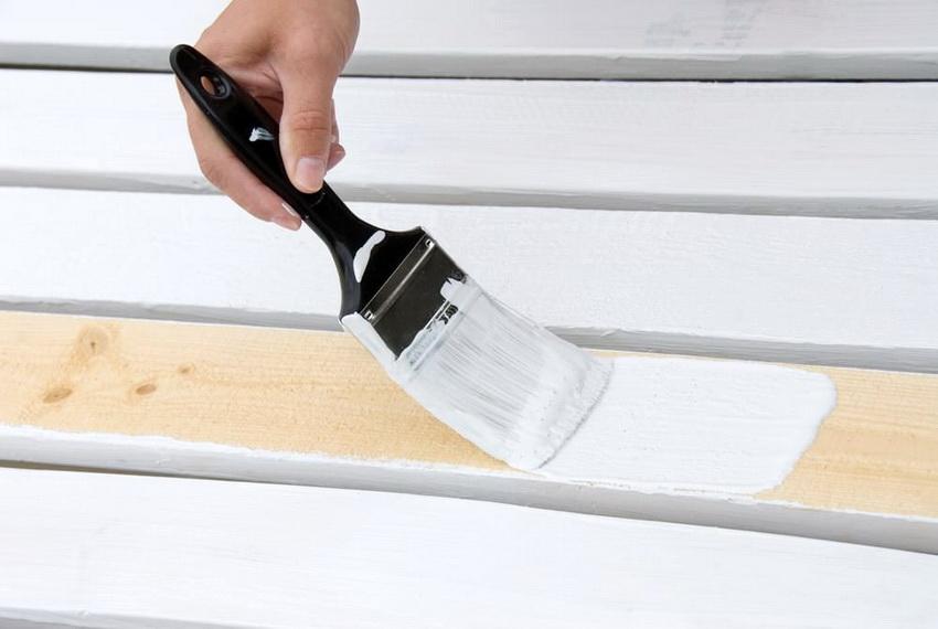 Перед покрытием деревянной поверхности ее необходимо очистить и подготовить к покраске, нанеся специальный защитный грунт