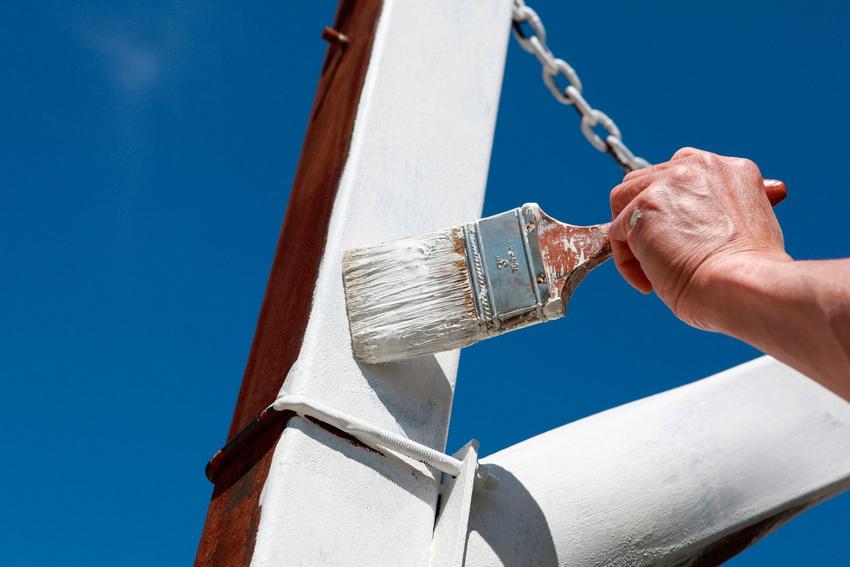 Применение краски для металла поможет не только защитить поверхность, но и придаст ей ухоженный вид