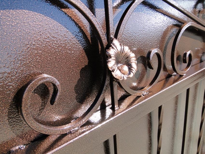 Благодаря алюминиевым хлопьям в составе молотковой краски, готовое изделие имеет особенный «узорчатый» рисунок