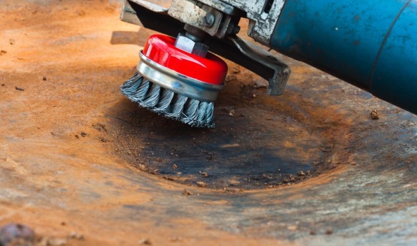 Легко очистить поверхность от ржавчины и старой краски можно, используя дрель и специальные металлические щетки