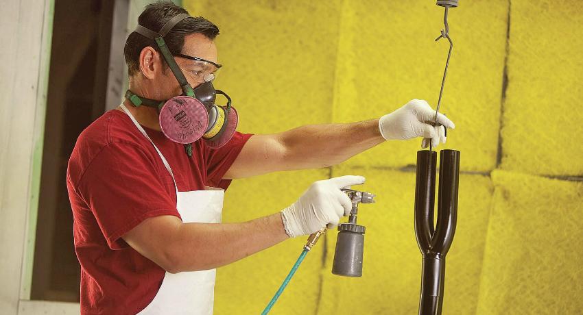 Молотковая краска по металлу скрывает неровности на поверхности, поэтому ее можно использовать для повторного подкрашивания изделия