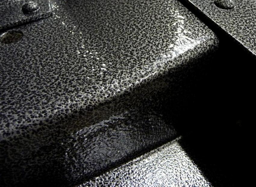 Молотковая краска практически незаметна в местах подкрашивания изделия, в случаи повреждения основного слоя краски
