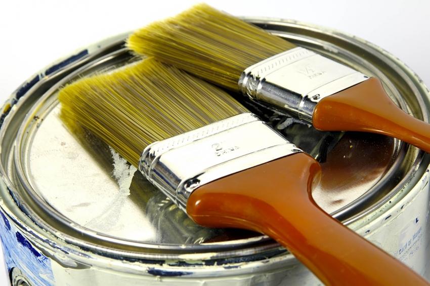 Для нанесения молотковой краски по металлу необходимо использовать специальные кисти и валики