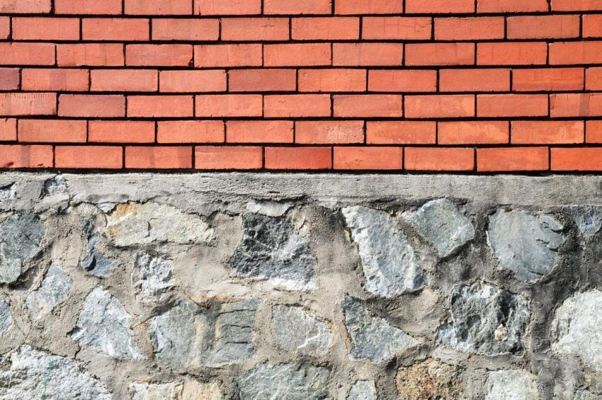 Фундамент здания можно оставить без облицовки только в том случае, если возведена усиленная гидрозащита