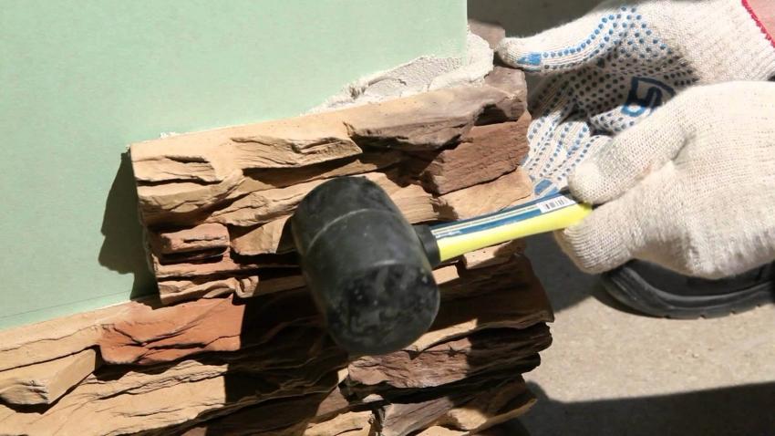 Отделка искусственным или натуральным камнем возможна только в случае усиленной поверхности цоколя и наличия водоотливных желобов