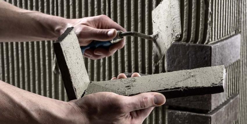 Перед декоративной облицовкой цоколя, стоит позаботиться о качественной обработке стен гидрофобными и противогрибковыми средствами