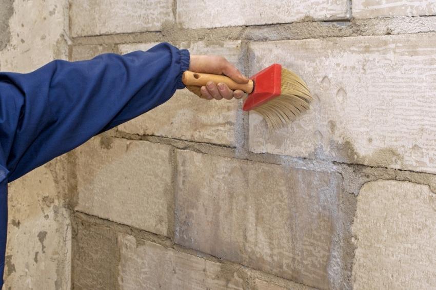 Перед укладкой тепло и гидроизоляции, материал основания стоит обработать специальными средствами для повышения адгезии
